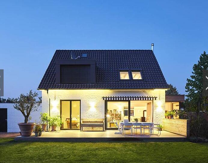 带庭院的坡顶两层小别墅,180度全景窗让你感受美
