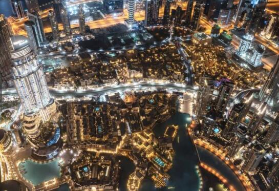 《迪拜夜景》哈利法塔高达828米,直指苍穹,从建成的那天开始,就成了迪拜当之无愧的地标建筑,也是摄影师必拍之地。