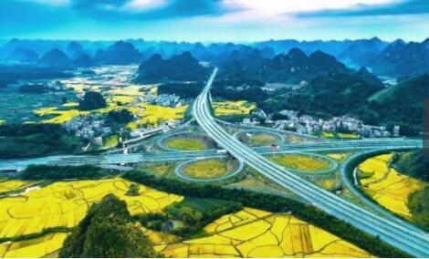 这条公路就是合那高速公路,位于广西壮族自治区,从合浦县一直到那坡县,途经钦州市、上思县、崇左市、大新县、靖西市5站,全长达到了516公里,在广西的山水画廊之中蜿蜒穿行,沿途的绝美风光,构成了一幅绝美的画卷。